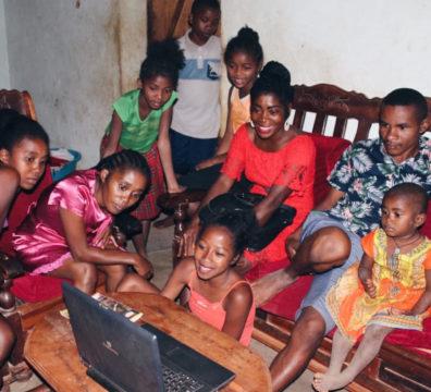 Association Au-delà des montagnes Ambodivoara Combattre les préjugés : #2 Les Malgaches sont coupés de la modernité